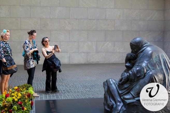 """Tinka Demand, Polly Pony Girl und Kellita vor der """"Mutter mit totem Sohn"""" von Käthe Kollwitz in der Neuen Wache"""